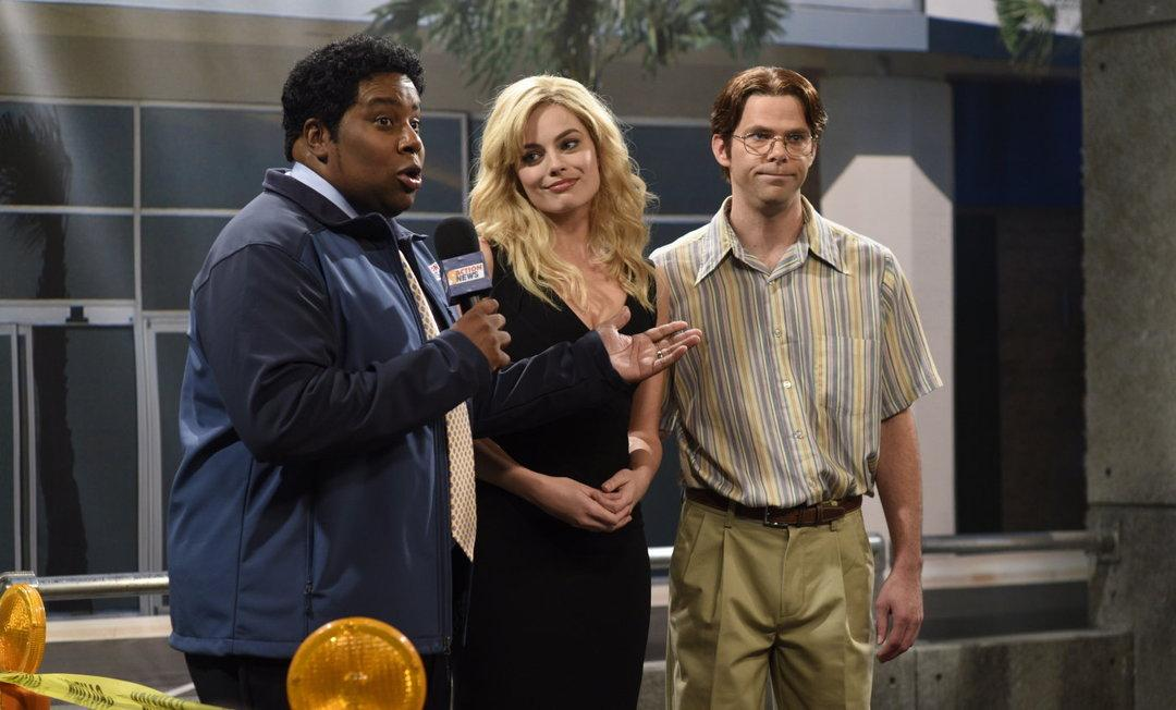 Host Margot Robbie in between SNL castmates Kenan Thompson and Mikey Day (nbc.com)